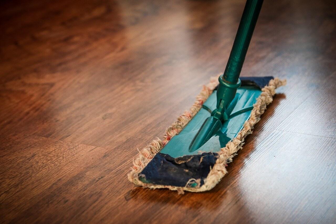 Как правильно мыть полы из ламината без раводов