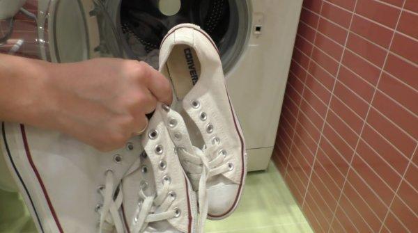 Как почистить белые кроссовки: чем мыть, как постирать