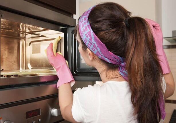 Уксус отчистит микроволновую печь за 5 минут