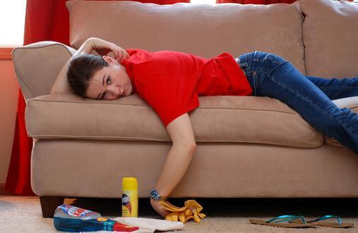 Как избавиться от пятен и запаха мочи на диване