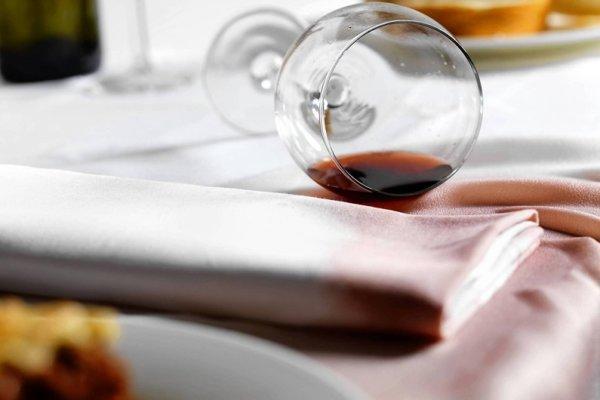 Как отстирать пятна от красного вина с цветной и белой ткани