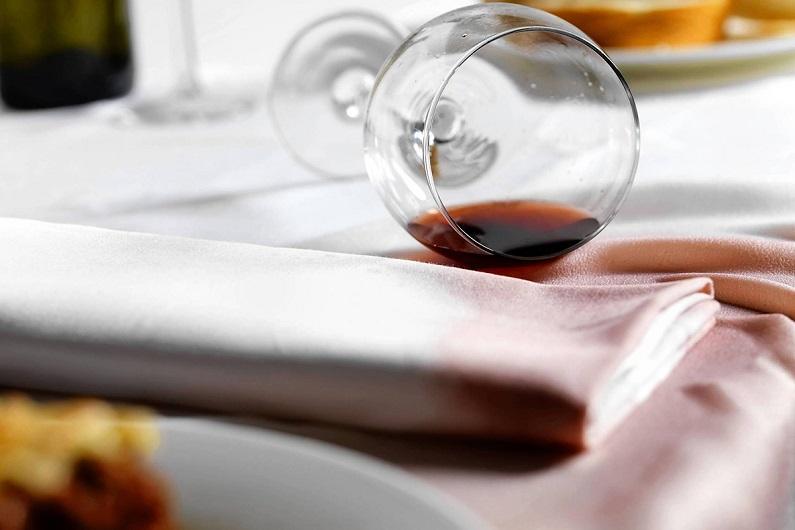 Как отстирать пятна от красного вина на одежде и мебели