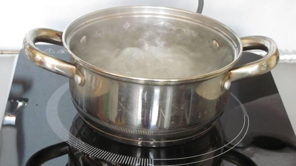 Как проще всего очистить кастрюлю от пригоревшей пищи