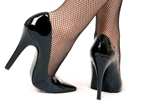 Как убрать царапины и черные полосы с лакированной обуви