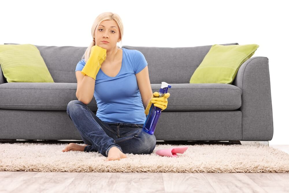 Эти средства помогут избавиться пятен и запаха мочи на диване
