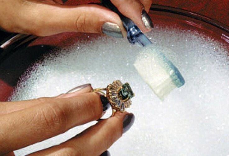 Как чистить золотые украшения с драгоценными камнями