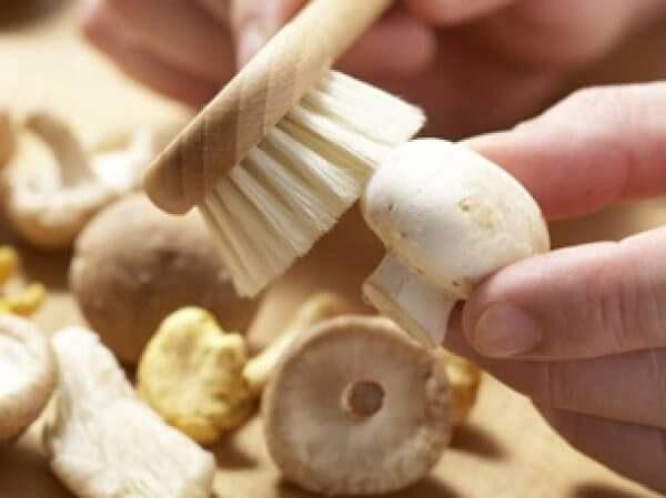 Нужно ли мыть шампиньоны перед приготовлением или заморозкой