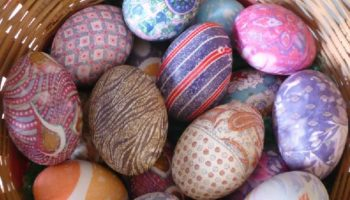 Как покрасить яйца с помощью лоскутков ткани