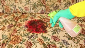 Как отмыть кровь с дивана и не повредить обивку